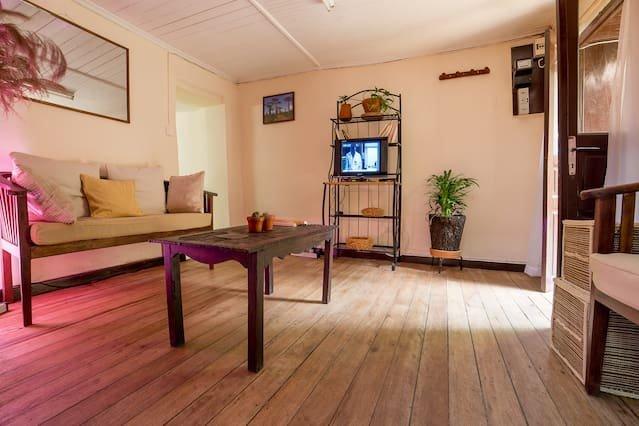 Beautiful apt with balcony & Wifi, alquiler de vacaciones en Antananarivo