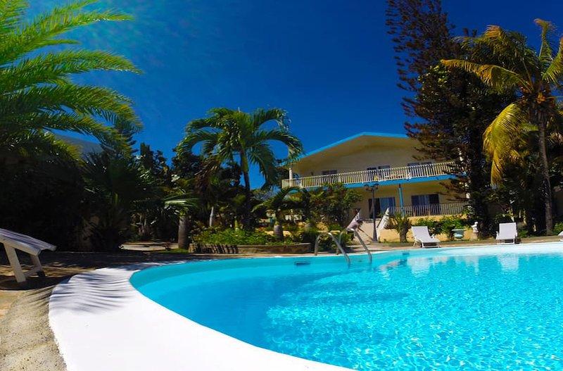 Big villa with swimming-pool & Wifi, location de vacances à Bambous
