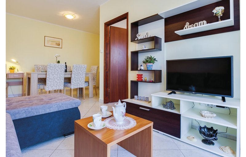 Stunning apartment in Porec with WiFi and 2 Bedrooms (CIE879), alquiler vacacional en Zbandaj