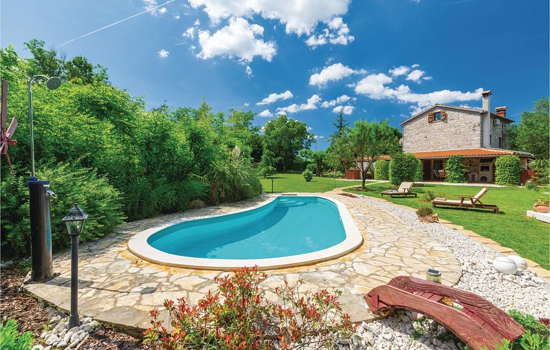 Beautiful home in Medaki with WiFi, 3 Bedrooms and Outdoor swimming pool (CIE920, vakantiewoning in Kruncici