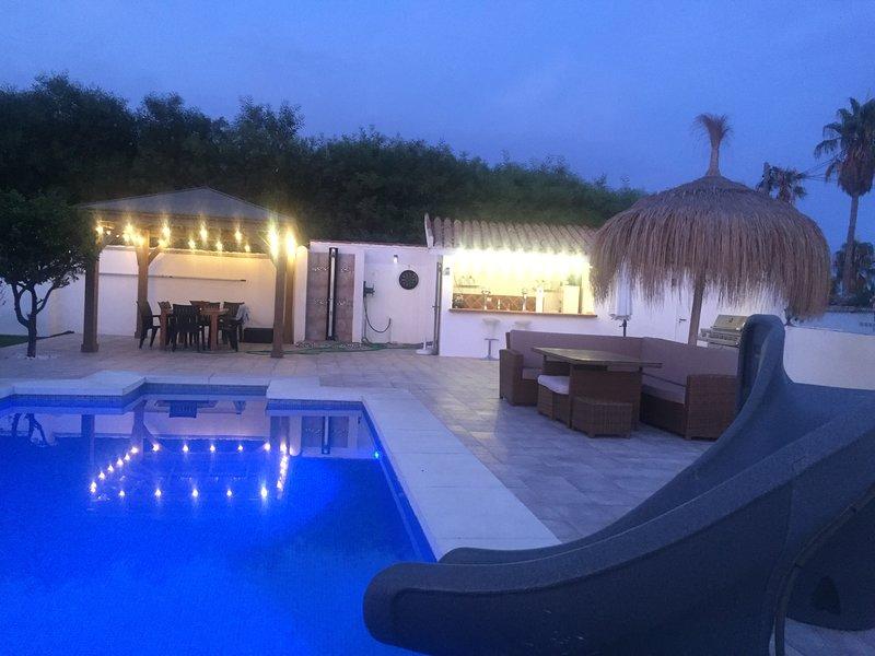 LA CALA DE MIJAS  - VILLA WHITE SANDS 4 BED VILLA PRIVATE POOL- 3 MINUTES BEACH, holiday rental in La Cala de Mijas