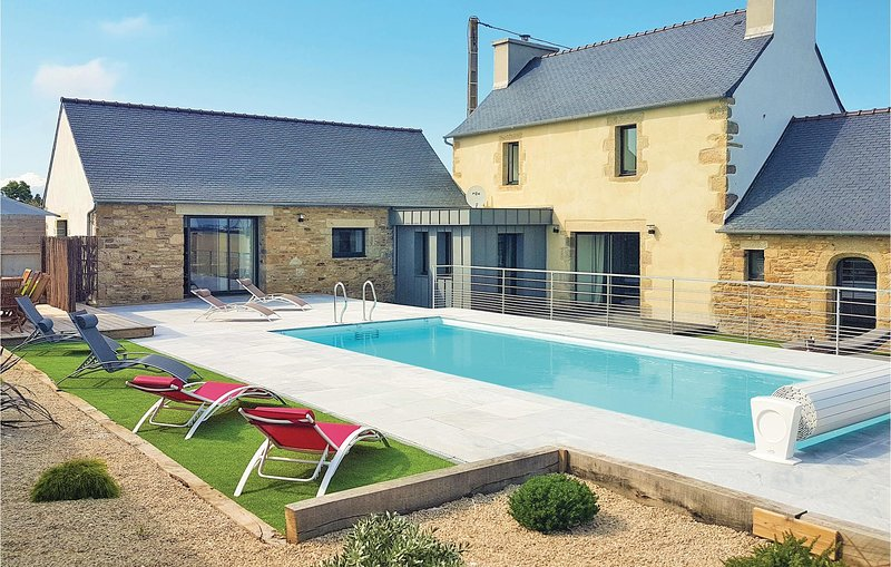 Stunning home in Guisseny with Outdoor swimming pool, Outdoor swimming pool and, holiday rental in Lesneven