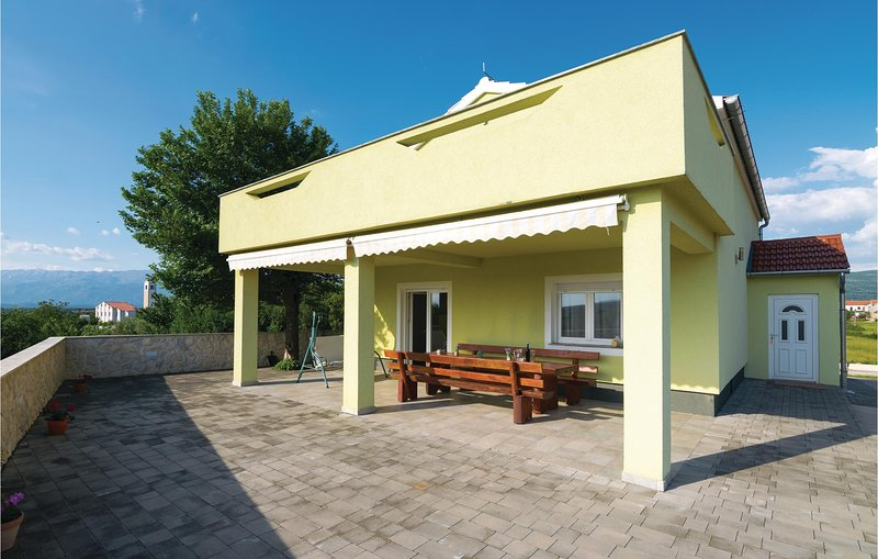 Awesome home in Pridraga with WiFi and 4 Bedrooms (CDA470), casa vacanza a Pridraga