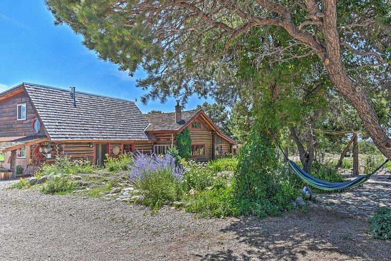 Private Questa Cabin w/ Deck, Grill & Views!, location de vacances à Cerro