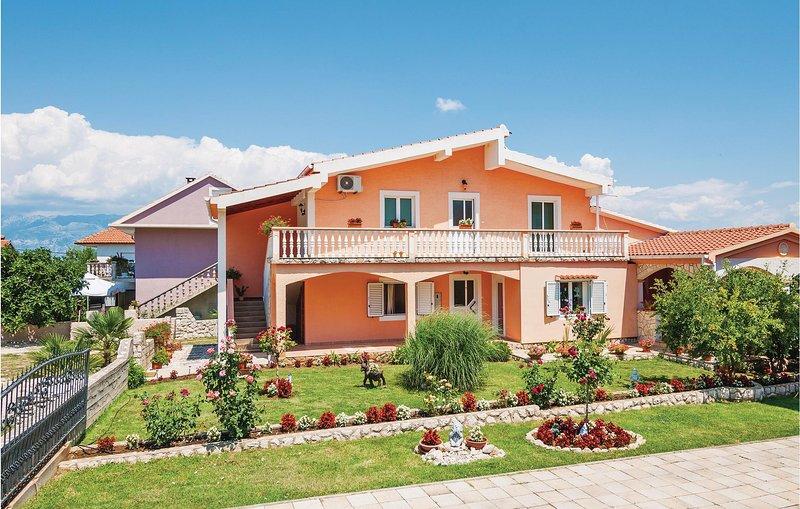 Nice home in Podgradina with WiFi and 1 Bedrooms (CDA433), casa vacanza a Posedarje