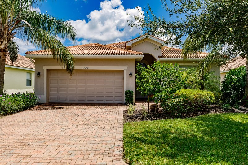 Villa Cozy Lakes - Enjoy the perfect family vacation on a resort style pool, holiday rental in North Fort Myers