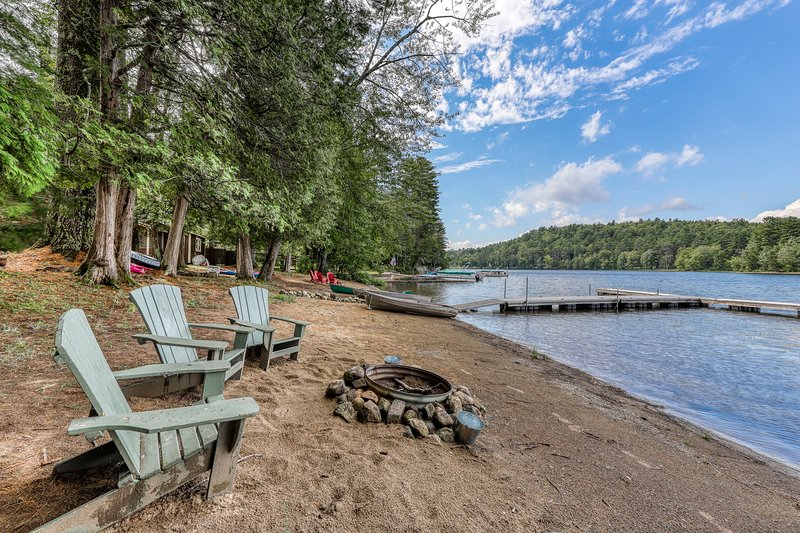 Lakefront cottage w/ large dock, seasonal firepit, & sandy beach, holiday rental in Brant Lake