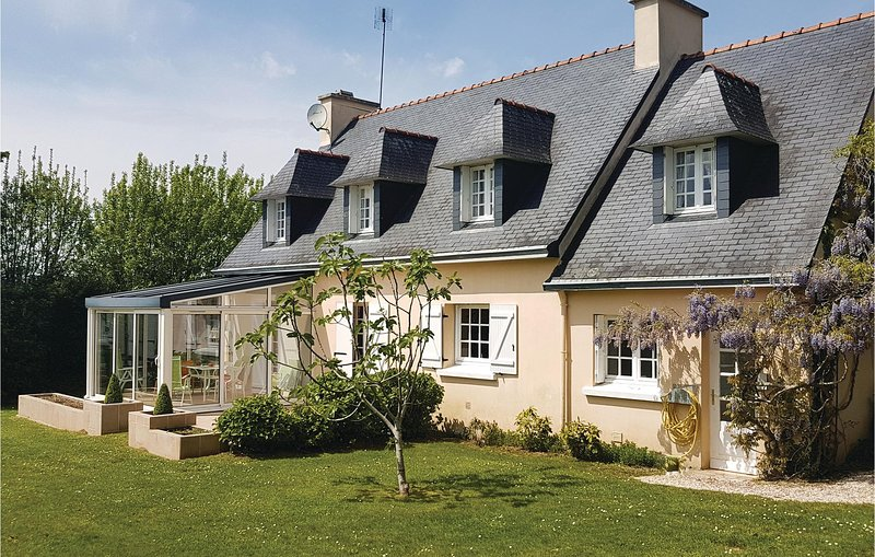 Beautiful home in La Forêt Fouesnant with WiFi and 5 Bedrooms (FBF385), casa vacanza a La Foret-Fouesnant