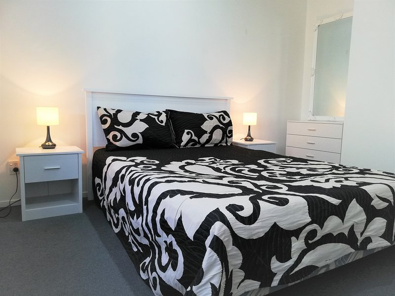 R2-2B Dbl Bedroom at Upper Qn St, holiday rental in Auckland Central