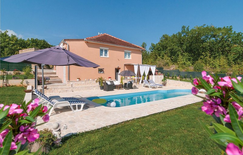 Beautiful home in Hrvace with WiFi and 3 Bedrooms (CDF778), holiday rental in Vrlika