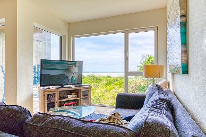 Oceanfront dog-friendly condo w/close beach access, shared hot tub, great decor!, location de vacances à Rockaway Beach