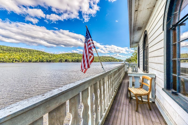 Lakefront home w/ private beach & dock, 2 kitchens/living rooms, location de vacances à Schroon Lake