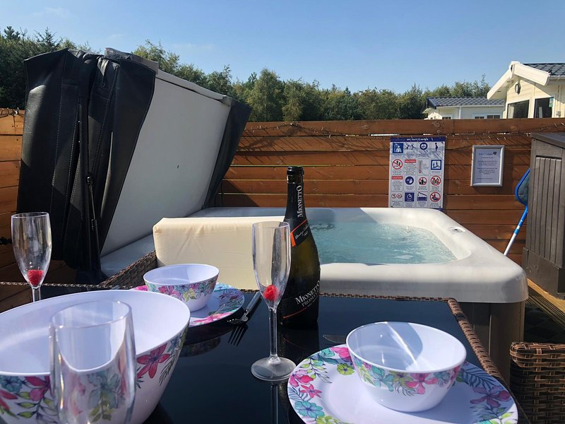 Farne Lodge in Northumberland with Private Hot Tub & WiFi, holiday rental in Stanton