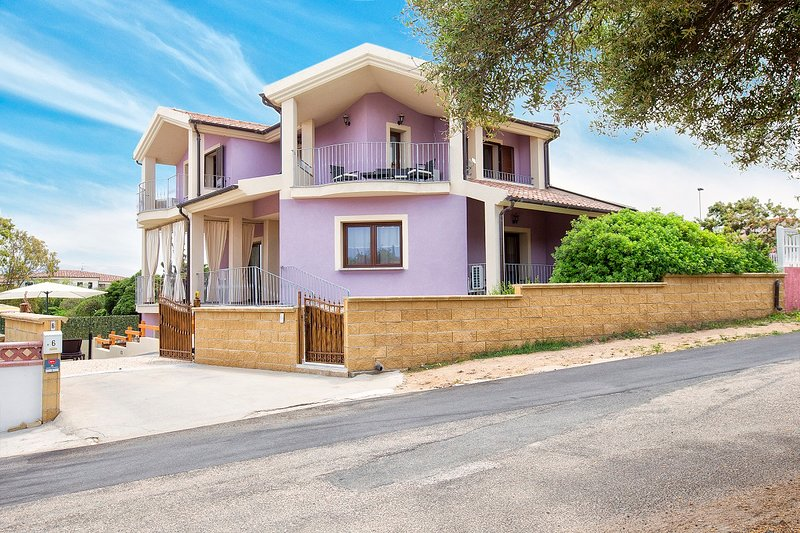 Villa Giorgia Sardegna, 10 posti letto,Piscina,Wifi. Giardino privato posti auto, Ferienwohnung in Valledoria