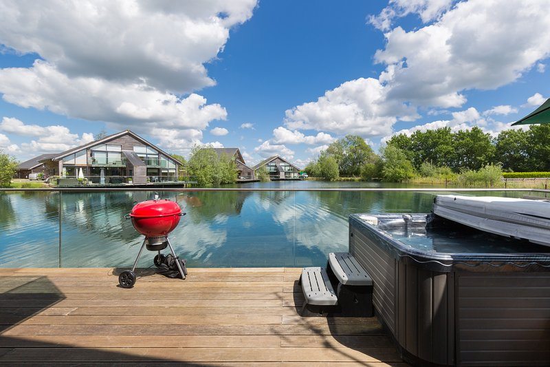 Cotswolds Luxurious Lakeside Lodge, Hot Tub, Luxury Home, Fishing, vacation rental in South Cerney