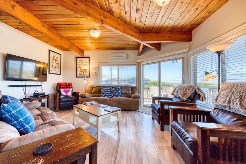 Stunning views from this updated, oceanfront beach house - dogs OK!, location de vacances à Rockaway Beach