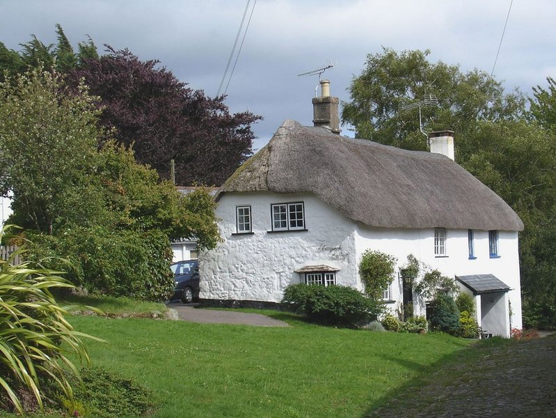LITTLE GATE COTTAGE, charming, thatched, Grade II listed cottage on the, vacation rental in Bridford