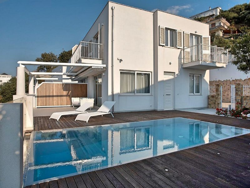 Scafa Villa Sleeps 8 with Pool Air Con and WiFi - 5812446, holiday rental in Brolo