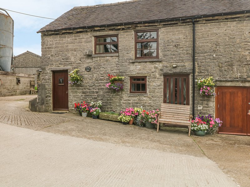 STABLE BARN, pet-friendly farm cottage, close walking and cycling, Wetton Ref, vacation rental in Wetton