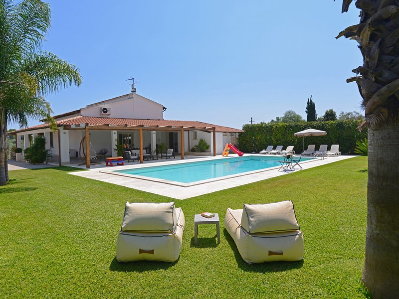 Floridia Villa Sleeps 8 with Pool Air Con and WiFi - 5247427, vacation rental in Floridia