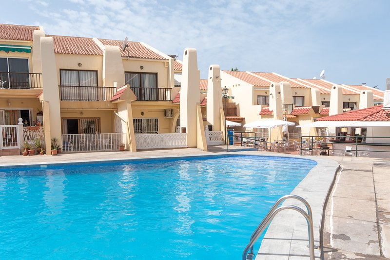 Impressive 2 Bedroom Apartment. Communal heated pool. Costa Adeje., location de vacances à Adèje