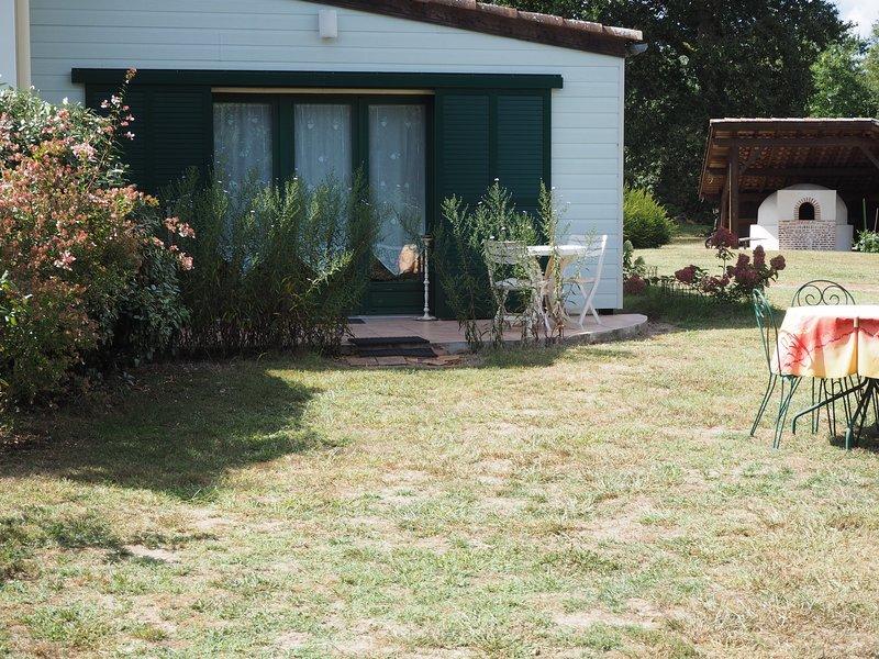 Gîte Lesgourgues, au coeur de la forêt des Landes, près du lac d'Arjuzanx, holiday rental in Garein