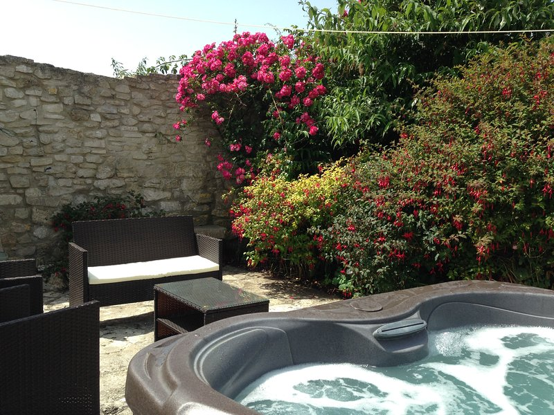Guillemot Cottage with courtyard garden and Hot Tub, vacation rental in Isle of Portland