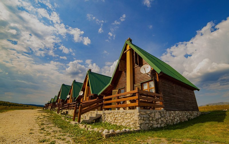 2 Bedroom Holiday Chalet with Views + Log Fire, vacation rental in Zabljak Municipality