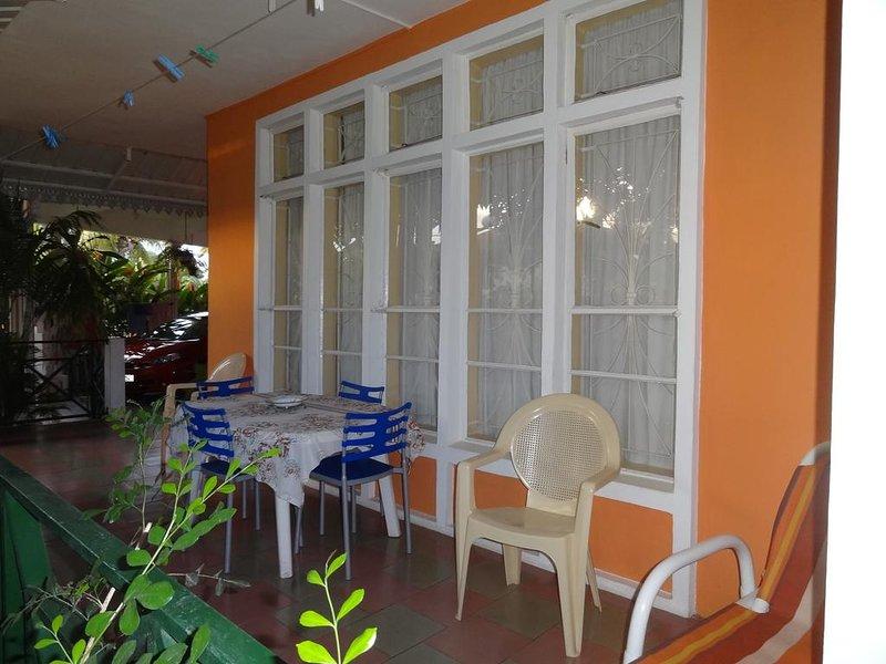 Apartment with shared pool, location de vacances à Bambous