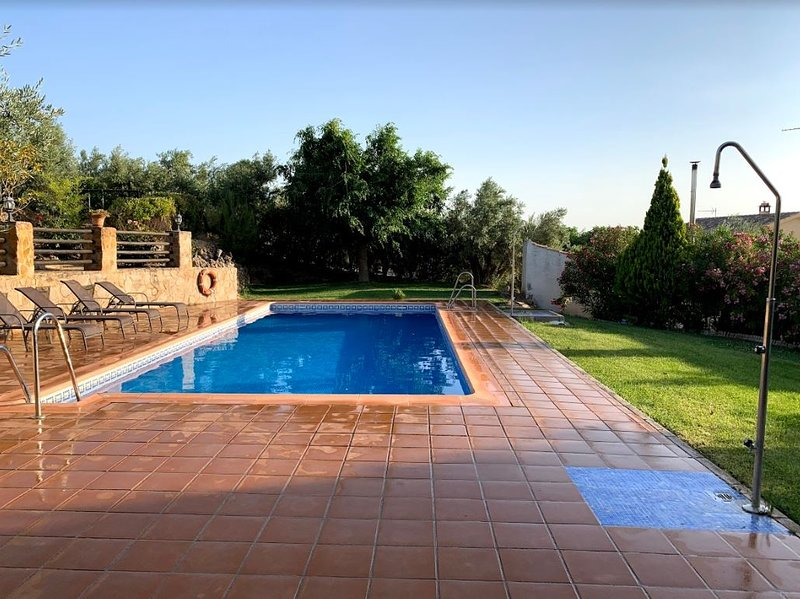 Spacious villa with swimming-pool, alquiler vacacional en Hinojares