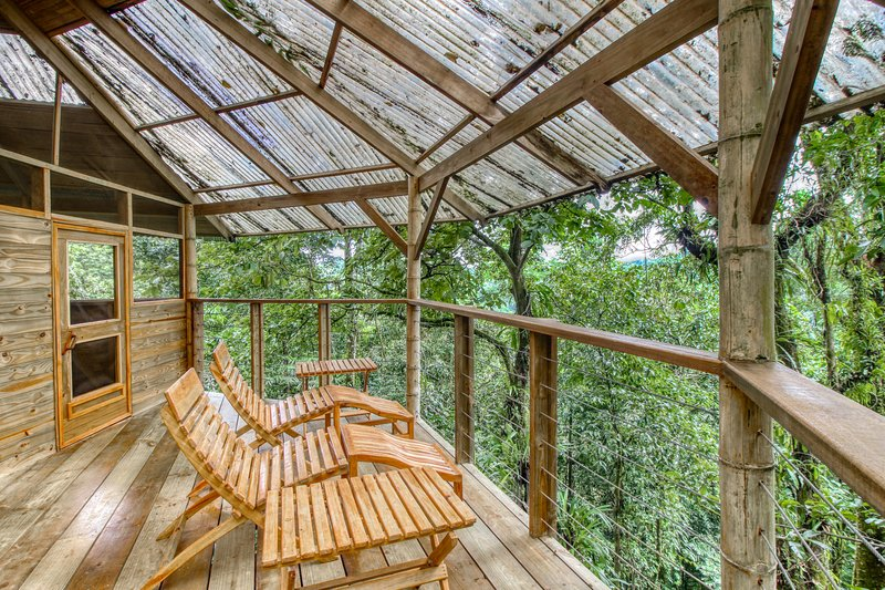 Adorable, two-story treehouse getaway w/ a furnished balcony, kitchen, & view – semesterbostad i San Vito