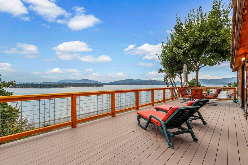 Beautiful cabin w/ mountain & lake views, a gas grill, & a large deck!, location de vacances à Clark Fork