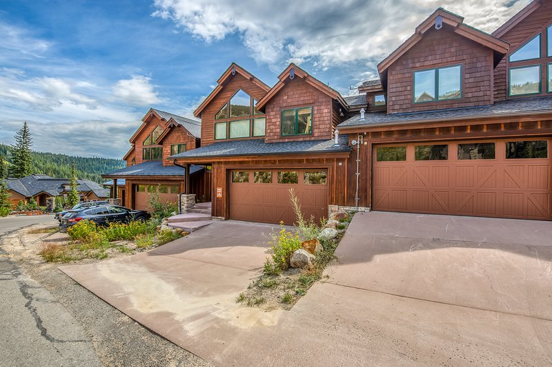 Ski-in/ski-out home w/ a private hot tub plus mountain & lake views!, casa vacanza a Colburn