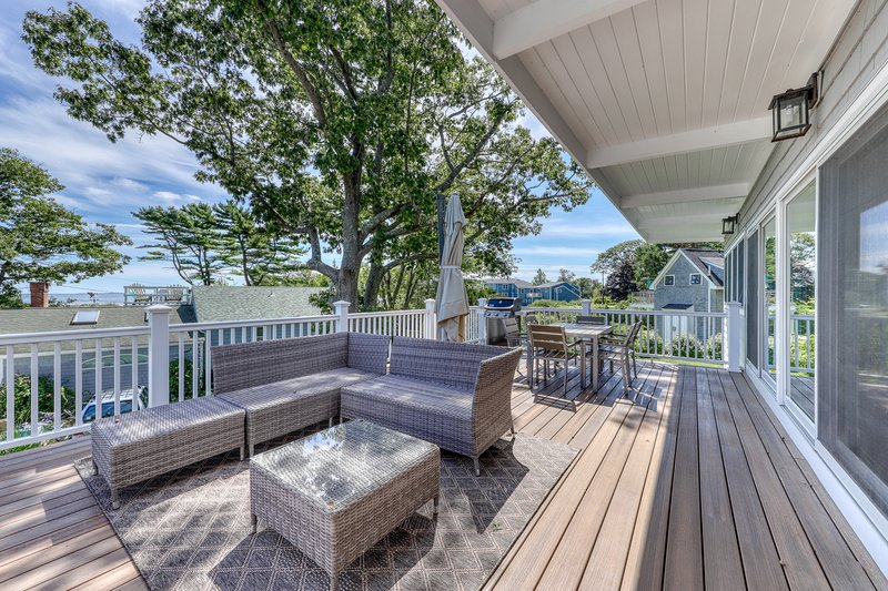 Newly-renovated getaway w/ an updated kitchen & deck w/ ocean & sunrise views, vacation rental in Rye Beach