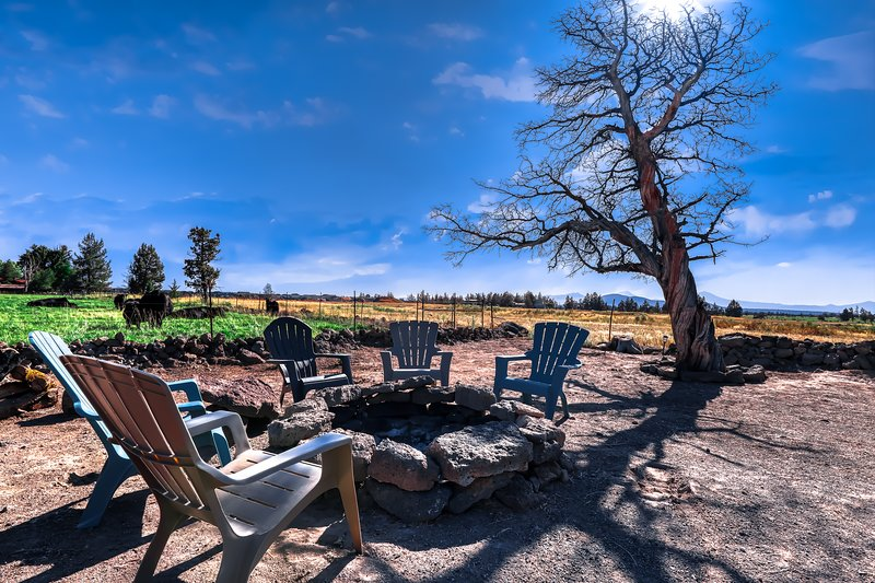 Updated home w/ a large kitchen & a deck w/ stunning mountain views, holiday rental in Prineville