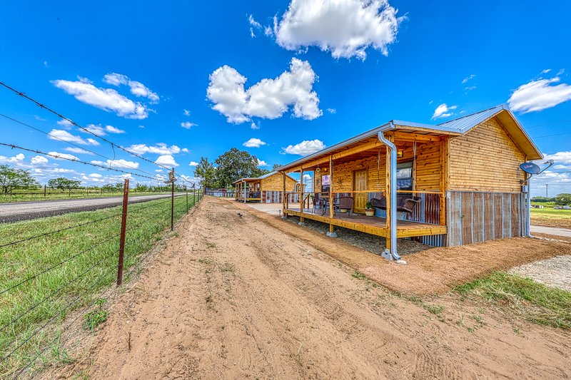Two side-by-side cabins w/ private hot tubs & furnished front porches, vacation rental in Fredericksburg