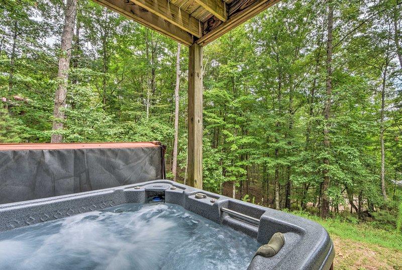 Relájese con un baño en la bañera de hidromasaje privada.
