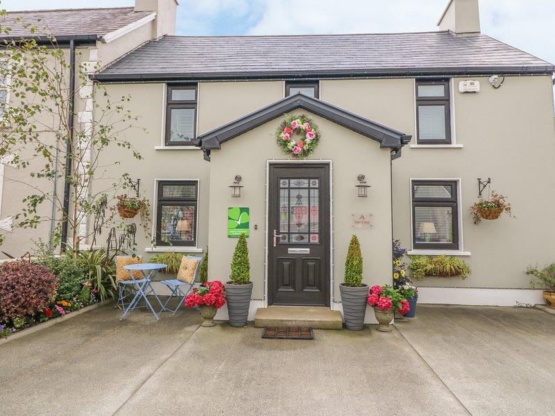 NONO'S COTTAGE, semi-detached, two en-suite bedrooms, solid fuel stove, Ferienwohnung in Castleisland