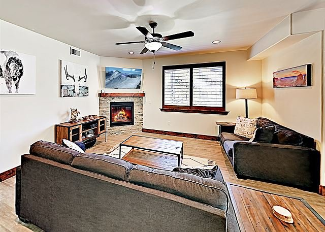 Updated Condo w/ Fireplace & Private Garage - Near Skiing, location de vacances à Timber Lakes