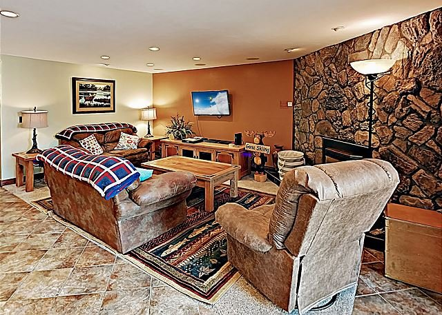Downtown All-Suite Marvel w/ Heated Pool & Hot Tubs - Walk to  Lifts!, vacation rental in Breckenridge