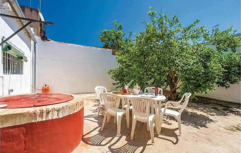 Nice home in Puebla de los Infantes with 4 Bedrooms (EAC438), aluguéis de temporada em Hornachuelos