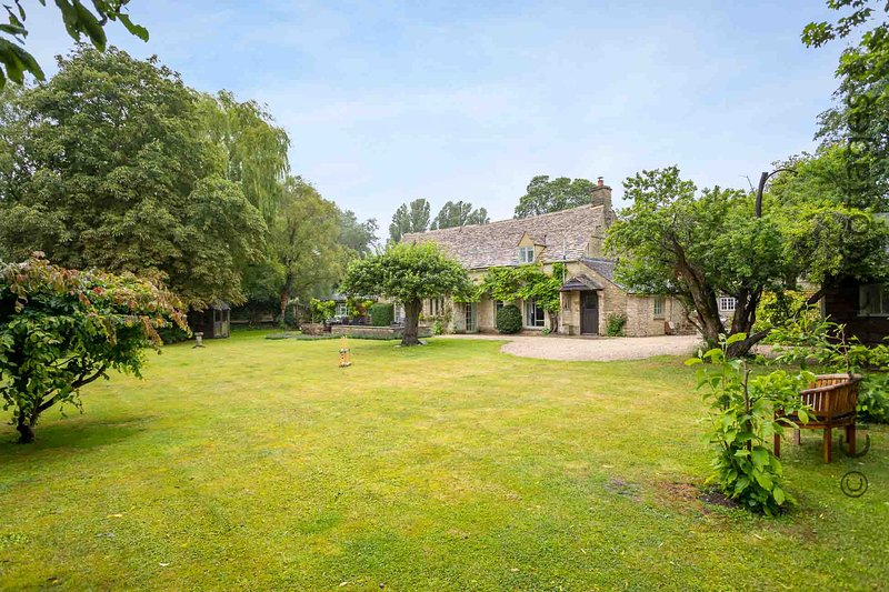 Causeway Cottage is a beautiful period property in peaceful Old Minster Lovell, holiday rental in Carterton