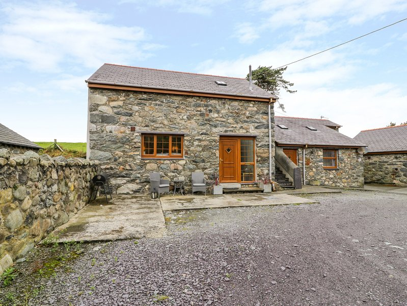 Y BEUDY, detached barn conversion, king-size bed, WiFi, romantic retreat, in, holiday rental in Penisarwaun