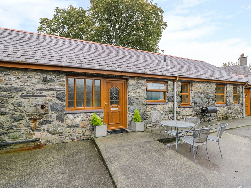 Y BWTHYN, detached barn conversion, WiFi, pet-friendly, walks from the door, in, holiday rental in Cwm-y-Glo