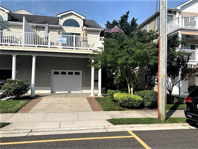 SPACIOUS 5 BR/3 BATH TOWNHOUSE THAT IS A BLOCK TO THE BEACH, BOARDWALK AND FUN!, alquiler de vacaciones en Wildwood