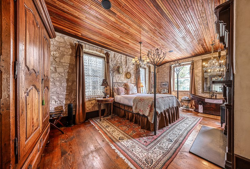 Enchanting downtown cottage w/copper soaking tub & courtyard, vacation rental in Fredericksburg
