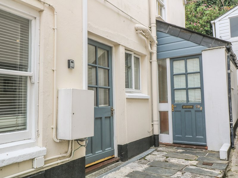 CHELSEA HOUSE, town centre location, pets welcome, open plan, in Penryn, Ref, holiday rental in Come to Good