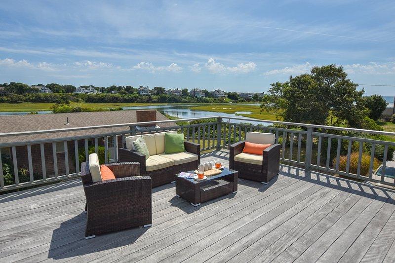#611: Stunning water views, 2 decks, walk to Ridgevale Beach, dog friendly!, casa vacanza a West Chatham