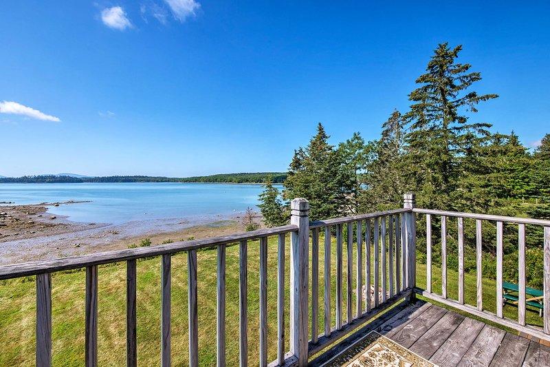 Beba en las vistas desde el balcón, o baje y explore la playa privada.