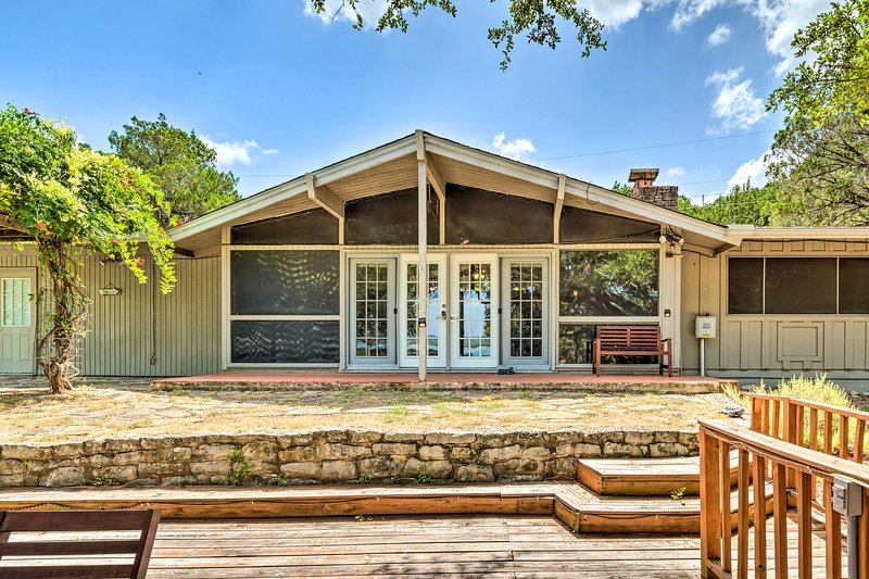 Visita questa casa vacanza con 3 camere da letto e 2 bagni a Lago Vista, Texas!